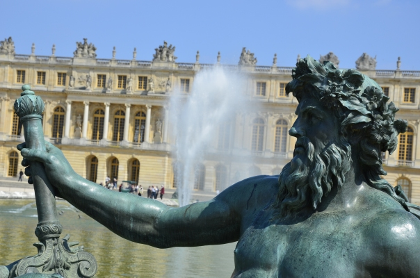 Palace's garden facing part is adorned with large fountain area with sculptures situated around it.